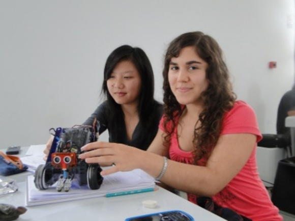 Alumnos de la Facultad de Informática aprendiendo a programar con robots
