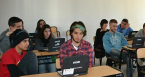 """Estudiantes de escuelas técnicas participaron del taller """"Programando con Robots y Software Libre"""" en la Facultad de Informática"""
